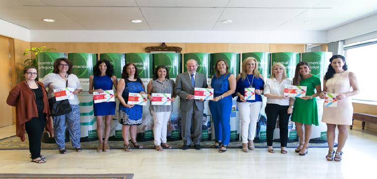 El presidente de la Diputación con las alcaldesas que participarán en el programa de 'mentoring'.
