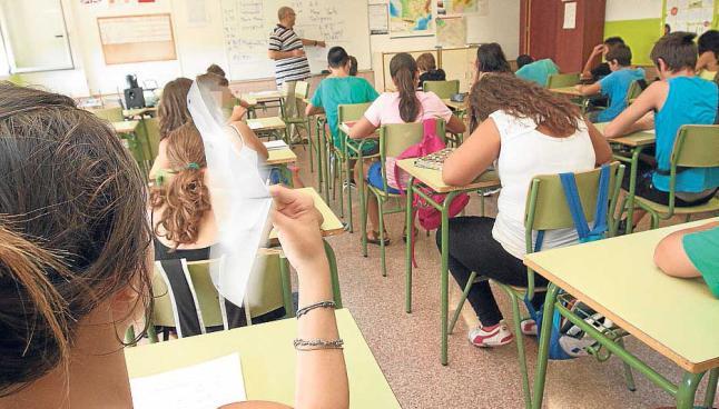 Niños en aulas se abanican como pueden