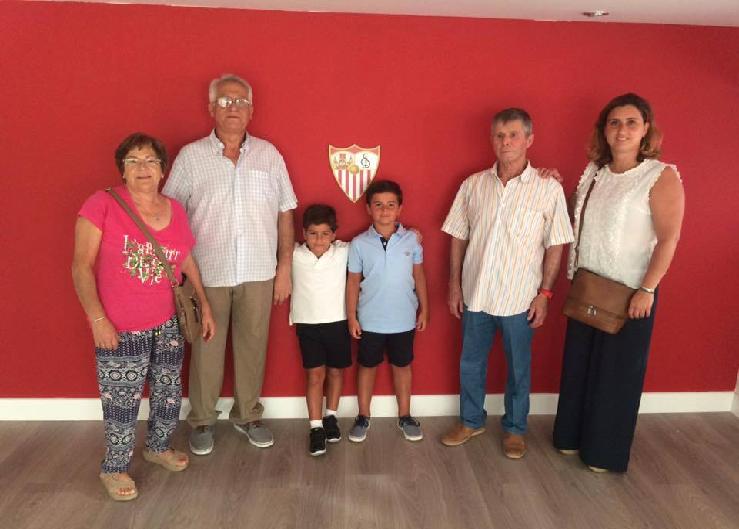 Angel Luís junto a su hermano y abuelos paternos a la izquierda su madre y su abuelo materno
