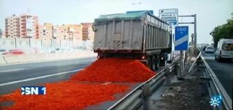 Un camión cargado de tomates a granel provoca un accidente y gran retención en la S-30