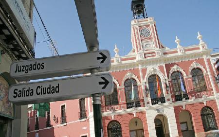 Una imagen del Ayuntamiento de Morón de la Frontera, que vuelve a estar entre los más endeudados de Sevilla. / BELÉN VARGAS