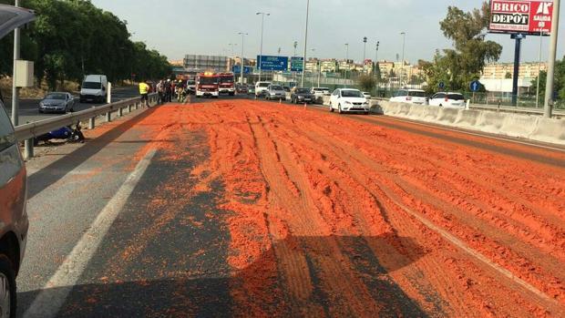 La carga del camión de tomates esparcida por la calzada - @EMERGENCIASSEV