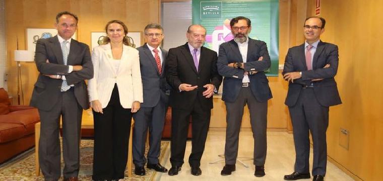 Villalobos junto a los ponentes de la jornada sobre las leyes para la administración electrónica celebrada en octubre. / M. G.