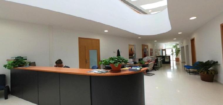 Interior de las instalaciones del Ayuntamiento de Huévar del Aljarafe. / El Correo