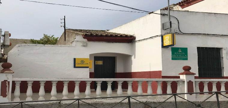 Imagen de la fachad de la oficina de correos en Huévar