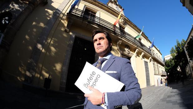 El abogado José Cepero, a las puertas del Ayuntamiento de Jerez - PACO MARTÍN