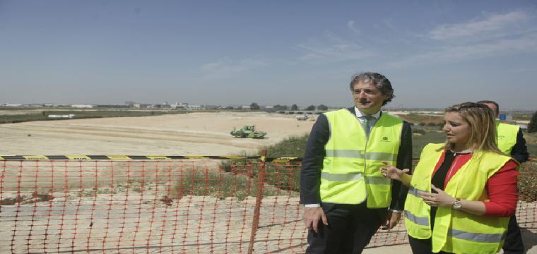 El ministro de Fomento, en una visita en abril de 2017 a la obras de la ronda SE-40 en Sevilla. CONCHITINA