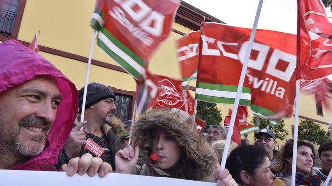 Huelga de trabajadores municipales ante Diputacion por el impago de nominas