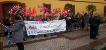 """La plantilla municipal de Huévar protesta ante la Diputación de Sevilla en demanda de un """"plan de rescate a largo plazo"""""""
