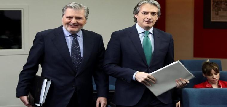 El ministro de Fomento, Íñigo de la Serna, presentó ayer el Plan Estatal de Vivienda acompañado por Íñigo Méndez de Vigo.