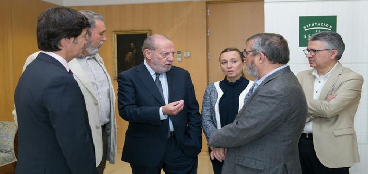 El presidente de la Diputación, ayer con los agentes sociales y económicos de Sevilla. / .