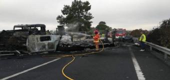 Corte de tráfico en la A-49 por el incendio de un camión con 20.000 litros de gasóleo