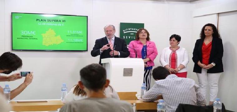 El presidente de la Diputación de Sevilla junto a tres de sus diputadas durante la rueda de prensa - ABC