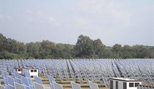 Detalles de paneles instalados en una planta fotovoltaica de Sevilla. / M. G.