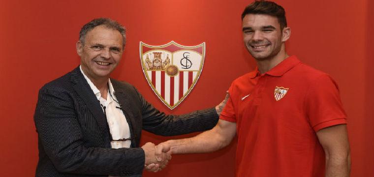 Juan Soriano posa junto a Joaquín Caparrós tras su renovación. Foto: Sevilla FC