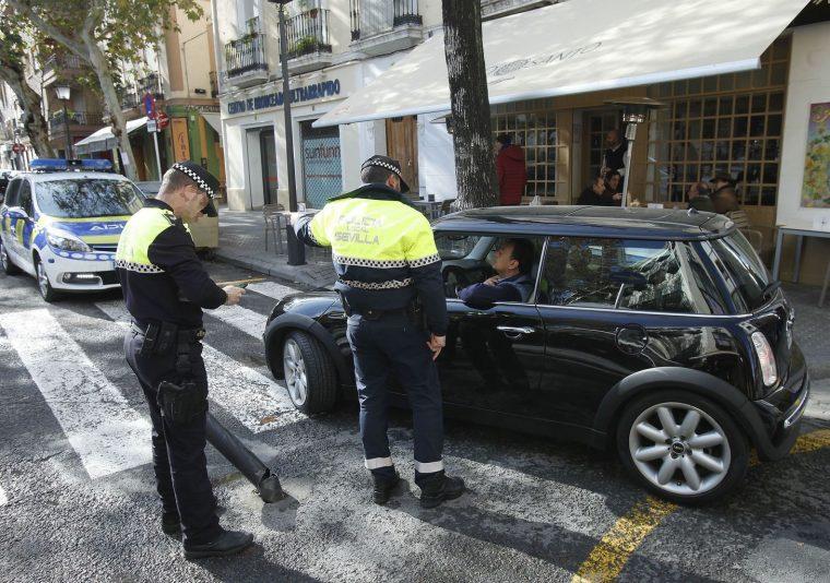 policias-locales-regulan-trafico-Sevilla_1287181956_89581838_1458x1024