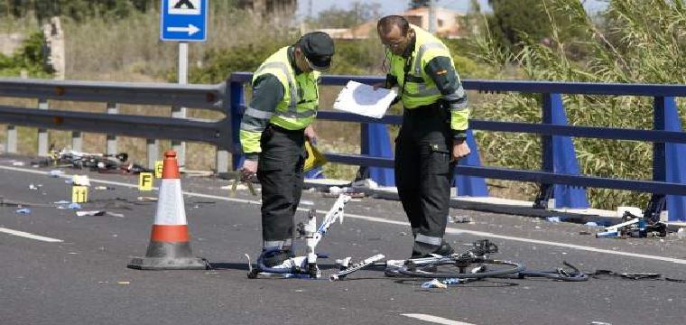 Agentes de la Guardia Civil y miembros de Emergencias en el punto kilométrico 205 de la N-332 entre las localidades de Oliva y Denia