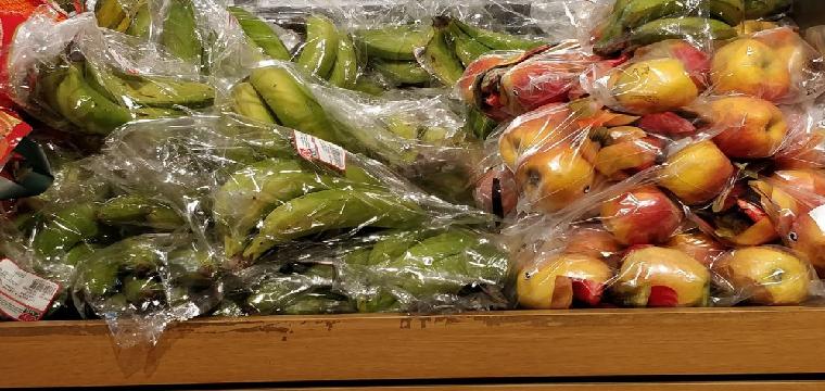 Frutas envasadas en plástico en un supermercado | Greenpeace