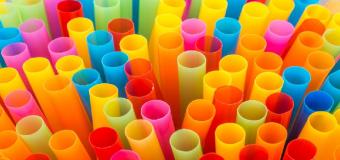 LOS PLASTICOS EN EL PUNTO DE MIRA: Los platos, cubiertos y pajitas de plástico estarán prohibidos a partir de 2021