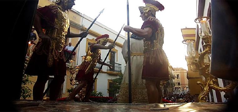 Frame de la película de la Amargura con una particular visión del paso desde el trono de Herodes /