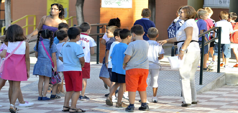 Niños entrando al colegio en época estival. / D. S.