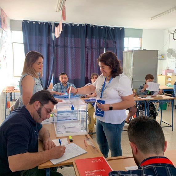 La Presidenta del PP Maria Eugenia Moreno ejerciendo su derecho al voto