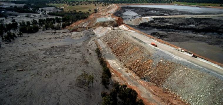 Así quedó el embalse en Aznalcóllar tras la rotura de la mina.