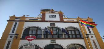 El Ayuntamiento de Huévar del Aljarafe iza la bandera arco iris del Orgullo LGTB