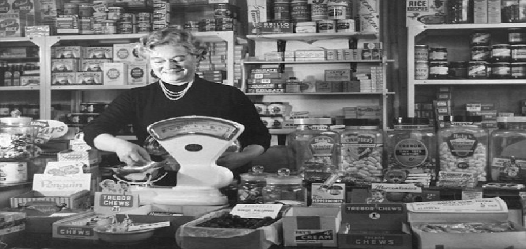 A4DMK8 Lady Working in 1950 s Corner Shop Lifestyle History Wales