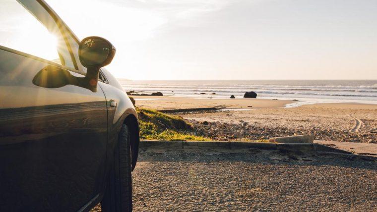 Con el calor, los viajes en coche se hacen más fatigosos, se alteran las capacidades físicas y el comportamiento del conductor puede cambiar (MarioGuti / Getty)