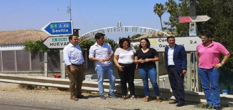 Dirigentes populares de la provincia, durante su visita al municipio aljarafeño de Huévar - ABC