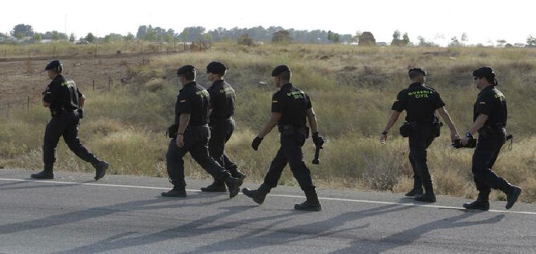 Guardias civiles, esta semana, en la búsqueda de la desaparecida de Carmona. / JUAN CARLOS MUÑOZ