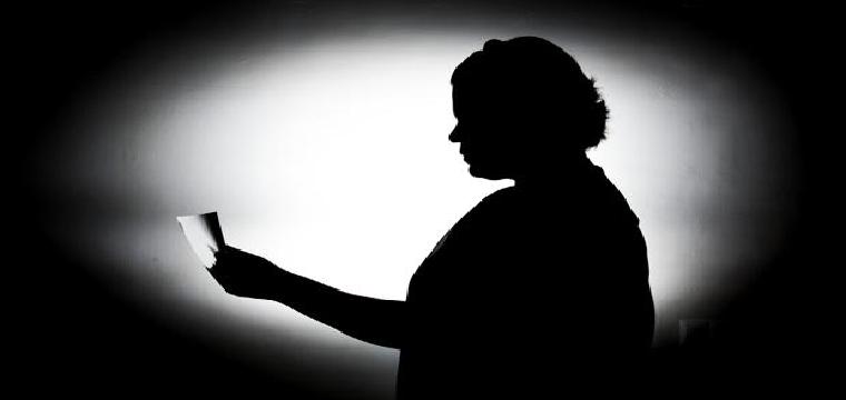 Ana Belén, que prefiere guardar el anonimato, mira una fotografía de su madre, asesinada hace dos años - J. J. Úbeda