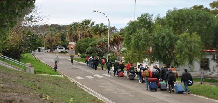 Aspirantes a soldado, a su llegada al Acuartelamiento de Camposoto. / CEFOT-2