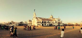 Almonte renueva las piezas de cerámica del exterior del santuario del Rocío