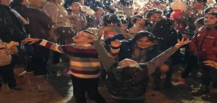 Los niños disfrutan bajo la nevada artificial - Foto: Mbejaroldán