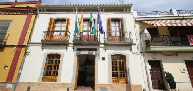La fachada del Ayuntamiento de Mairena del Aljarafe, uno de los que pagan en plazo. / BELÉN VARGAS