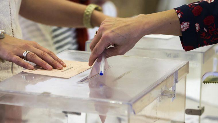 GRA396 VALLADOLID, 26/06/2016.- Una mujer deposita su voto en una urna de un colegio de Valladolid, en la jornada de elecciones generales que vive hoy el país. EFE/R.García