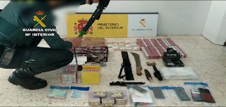 Tabaco de contrabando y otros efectos intervenidos por la Guardia Civil en un piso de Pilas (Sevilla) - Guardia Civil