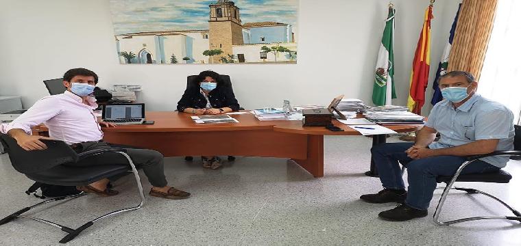 La Alcaldesa junto al y el arquitecto municipal