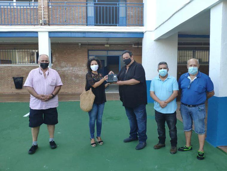 El Grupo Politico Adelante Huévar entrega a la Directoora del Colegio los equipos de ozono