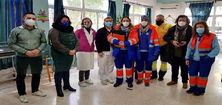 Equipo técnico de vacunación junto a la Edil de Huévar