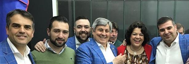 La Alcaldesa junto al Grupo Brumas y un miembro de su equipo de gobierno