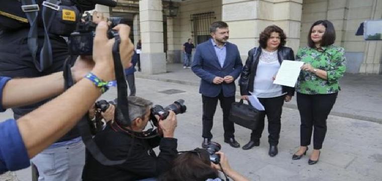Toni Martín, María Eugenia Moreno y Virginia Pérez ante la sede de los Tribunales de Sevilla - Rocío Ruz