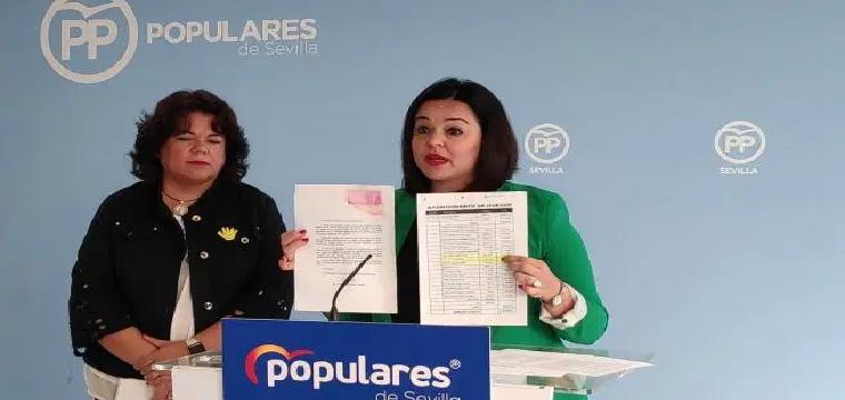 Virginia Pérez y la alcaldesa de Huévar, María Eugenia Romero. Europa Press.